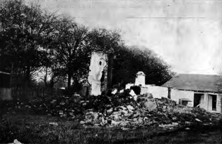 1914. Ruinele casei familiei Milutinović, la Prnjavor, unde au fost arși de vii peste 100 de civili sârbi (femei și copii).