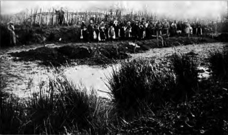 1914. Groapă comună la Lešnica, unde au fost îngropate cadavrele a 109 civili sârbi.